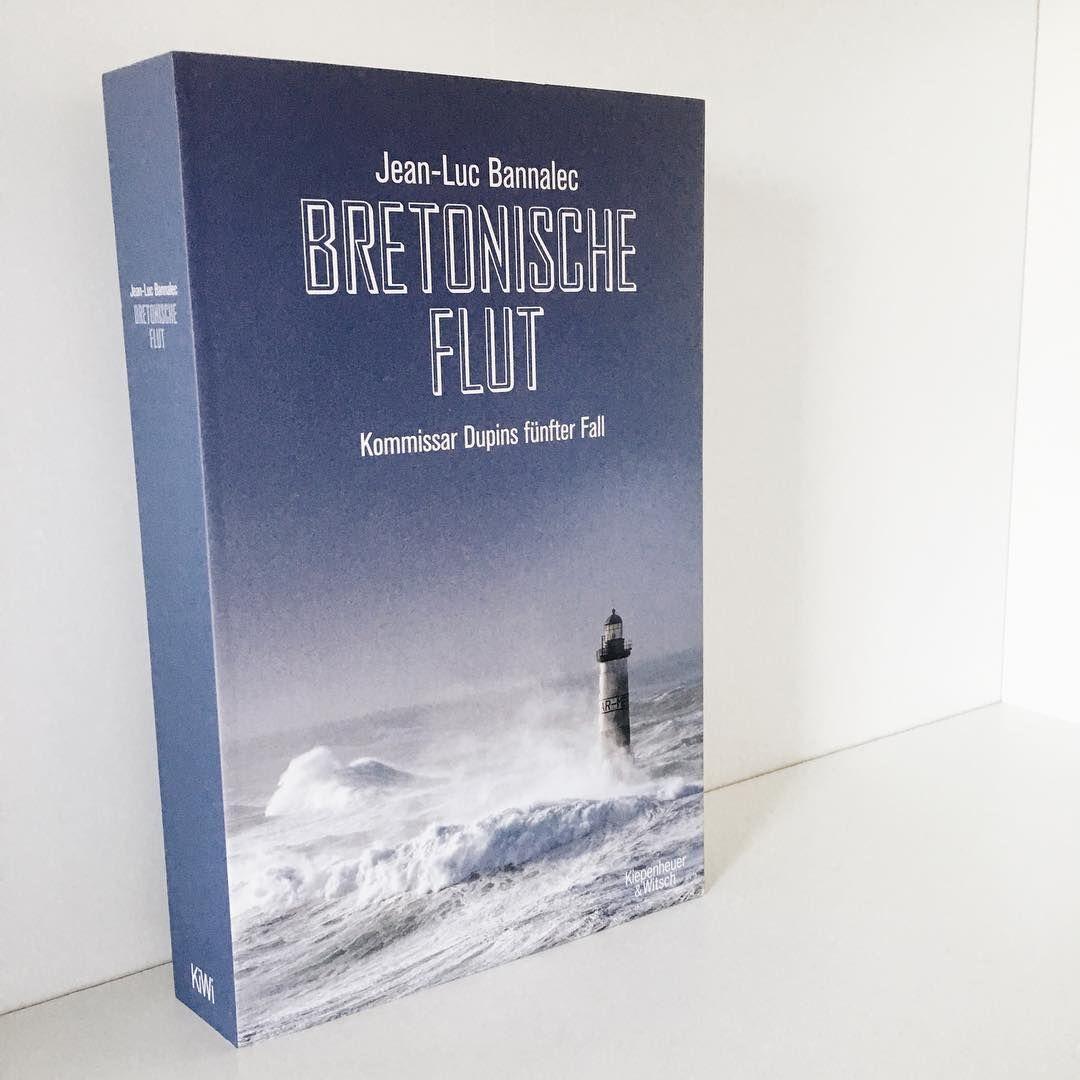 """Vier Wochen Krimiquiz mit dem @kiwi_verlag: Diese Woche haben wir Fragen über Jean-Luc Bannalec und seinen neuen Bretagne-Krimi """"Bretonische Flut"""" vorbereitet, die euch ein Stück näher an die Krimi-Buchpakete bringen. Den Link zum Quiz gibt's im Profil! Kennt ihr Kommissar Dupin schon? 🌊👮📚 #bretonischeflut #kiwikrimisommer #kiwiverlag #jeanlucbannalec #bookstagram #buchliebe #gewinnspiel #quiz #bücher #Bretagne #Krimi"""