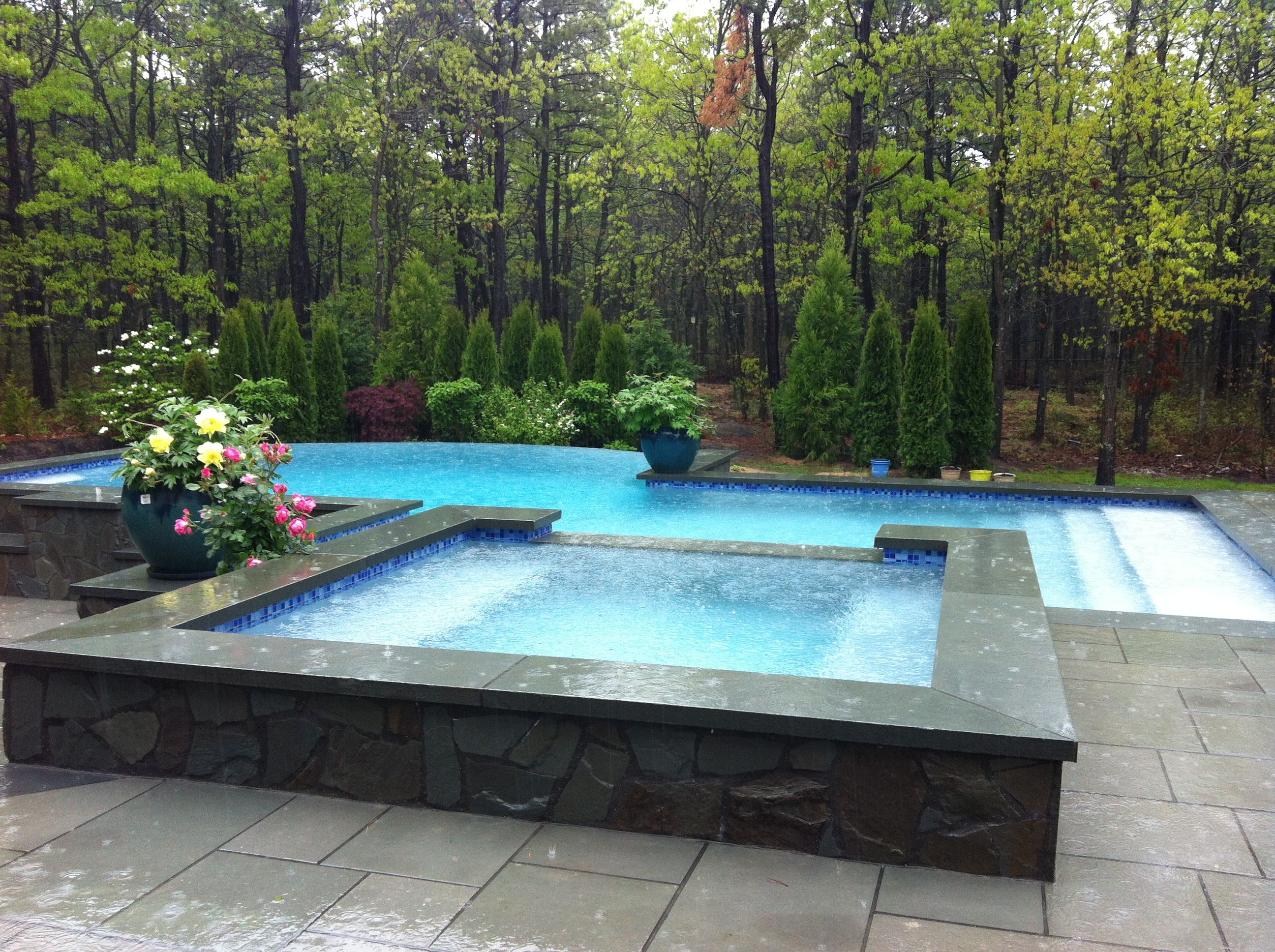 Negative Edge Infinity Pool Spa In Southampton Backyard Pool Landscaping Backyard Pool Pool Landscaping