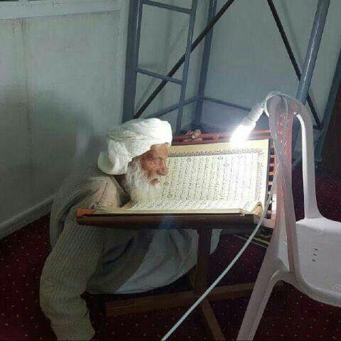 رجل كبير السن يقرأ القرآن An Older Man Reads The Koran Reading Al Quran Muslim Pray Islamic Images