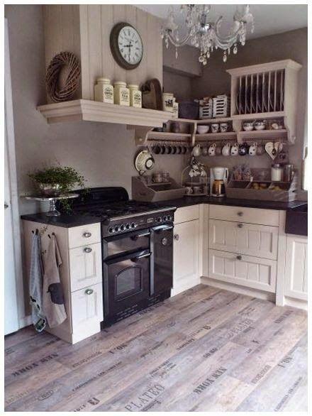 Een mooie oude tafel als wasmeubel. Gezellige woonkamer. Wat een ...