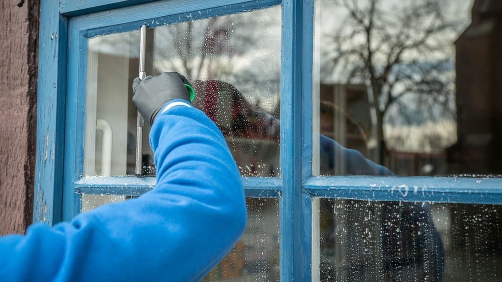 Keep Your Windows Dust Free By Cleaning Them With Fabric Softener Cleaning Gutters Window Cleaning Services Cleaning Hacks