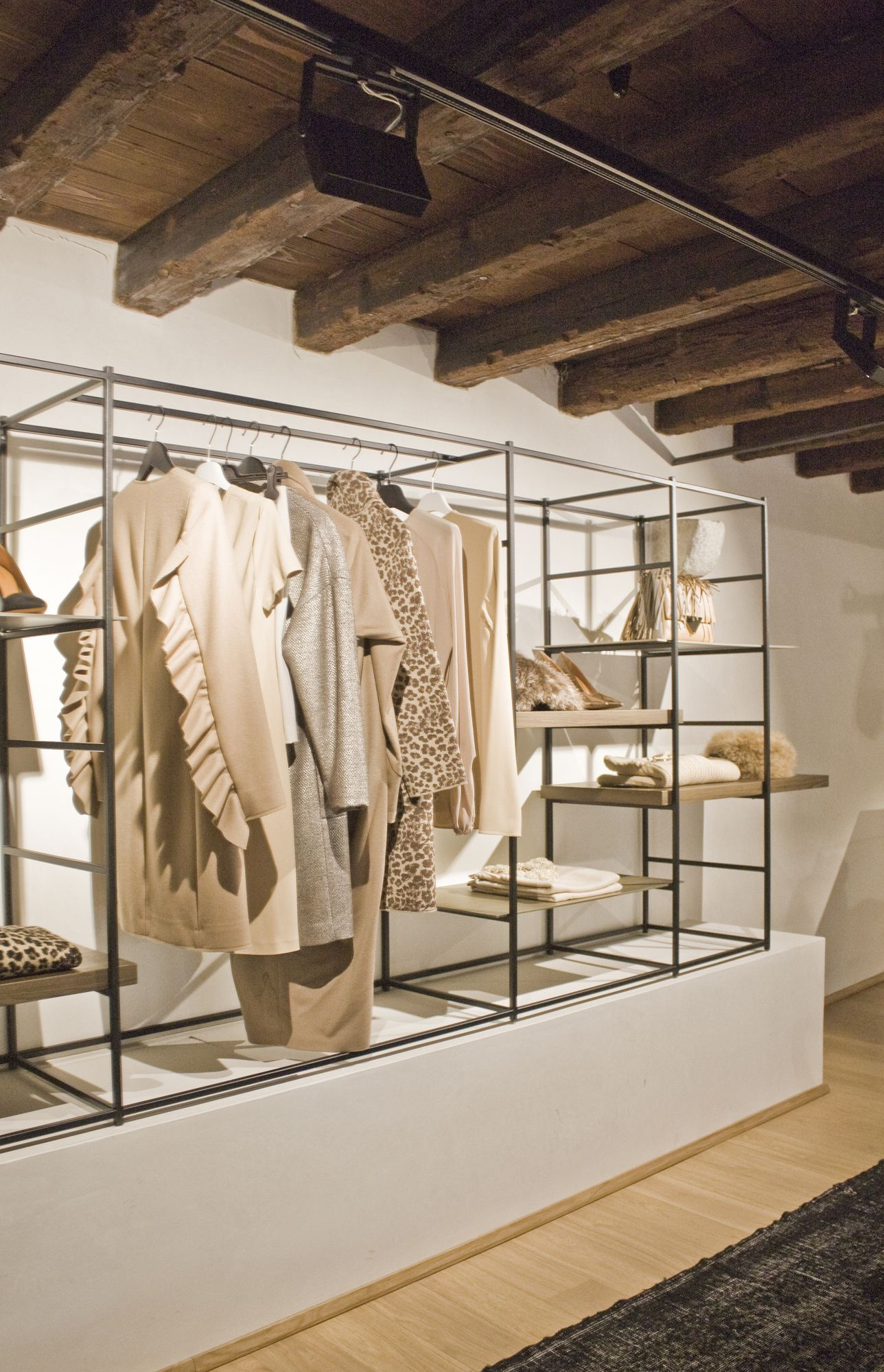 Negozio di abbigliamento illuminazione led negozio for Negozi design