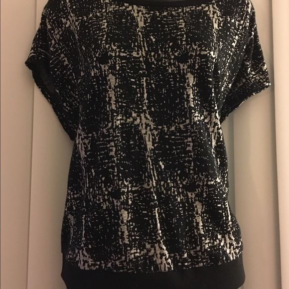 High low Forever 21 shirt Black and white shirt only worn twice Forever 21 Tops Tees - Short Sleeve