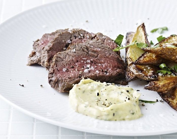 Grillet mørbrad, bearnaise og hjemmelavede grove fritter. Klassisk brasseriemad, når det er bedst.