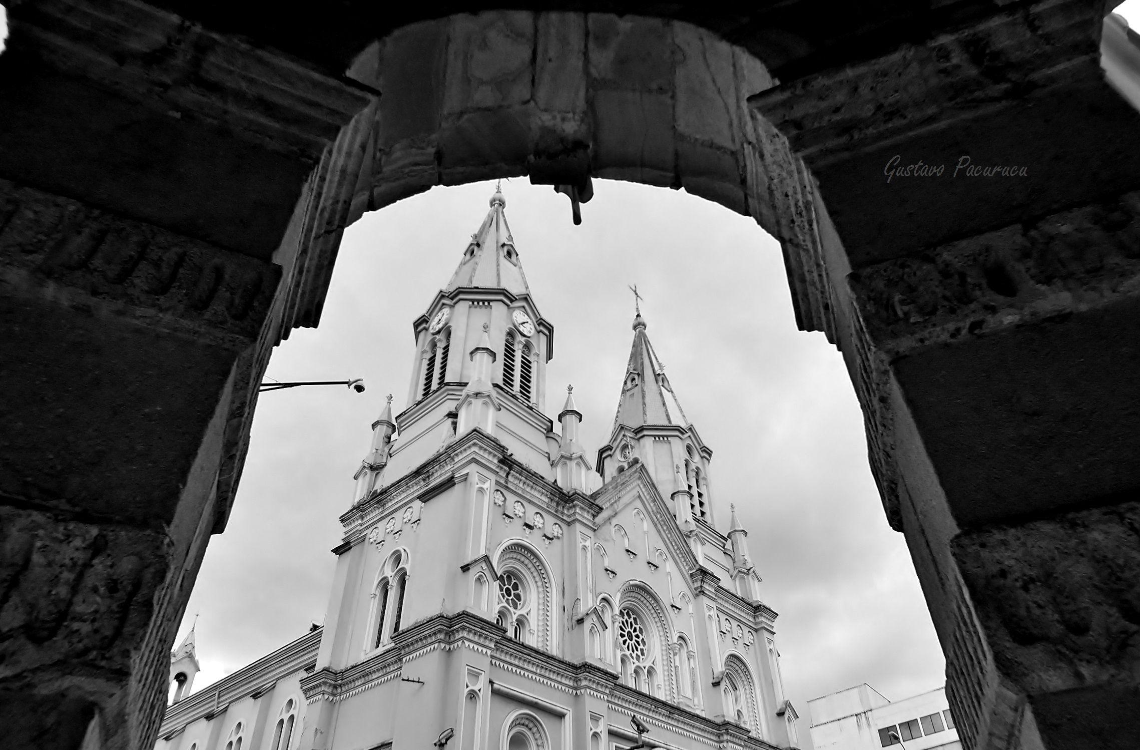 La Iglesia de San Alfonso, vista desde el portal del despacho del Alcalde. / The Church of San Alfonso, seen from municipal office's portal.
