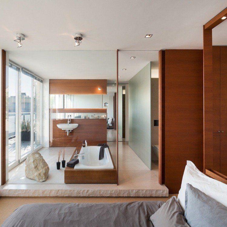 Un Mobilier En Bois Et Un Grand Miroir Dans La Salle De Bains élégante