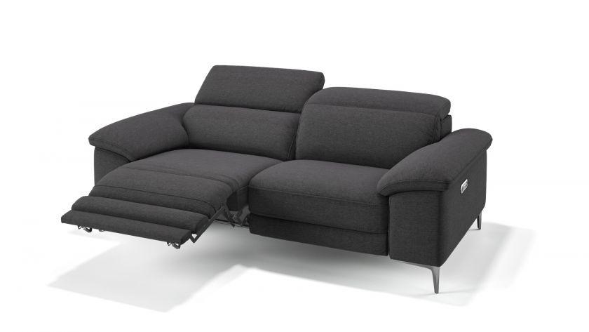 Das Stoff Designsofa Siena Glanzt Mit Einem Modernen Ausseren Seiner Elektrischen Relaxfunktion Eine 2er Designcouch Fur Exzellenten Ko In 2020 2er Couch Sofa Couch