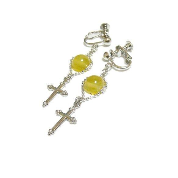 その石言葉は、「誠実な愛」黄色く澄んだオパールが、エレガントな十字架チャームと共に揺れるイヤリングです。あらゆるシーンで貴女を主役にしてしまう耳飾りは如何?・...|ハンドメイド、手作り、手仕事品の通販・販売・購入ならCreema。