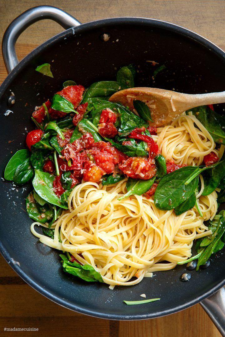 Pasta mit sautierten Kirschtomaten Spinat