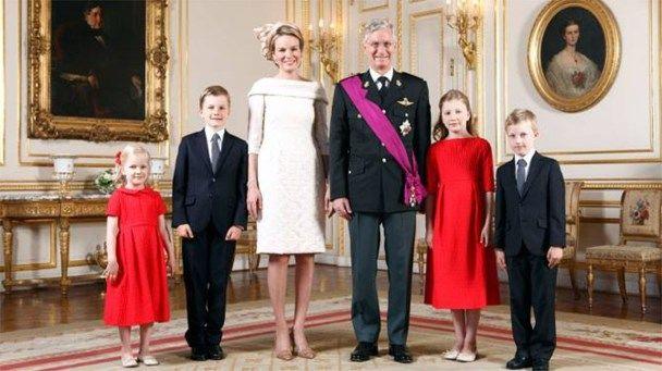 De koninklijke familie heeft zondag na de troonswissel nieuwe staatsieportretten verspreid van koning Filip, koningin Mathilde en hun gezin. Ook een portre...