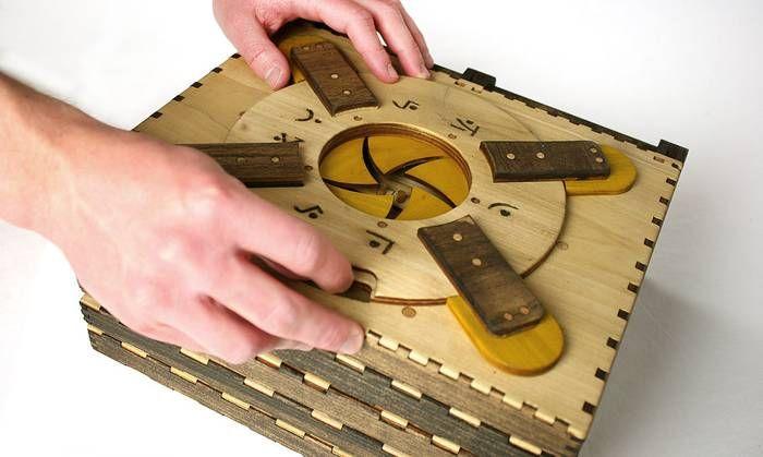 パズルを解かないと次のページに進めない機械仕掛けの木製パズル本「Codex Silenda」 - グノシー - https://gunosy.com/articles/RIbbd