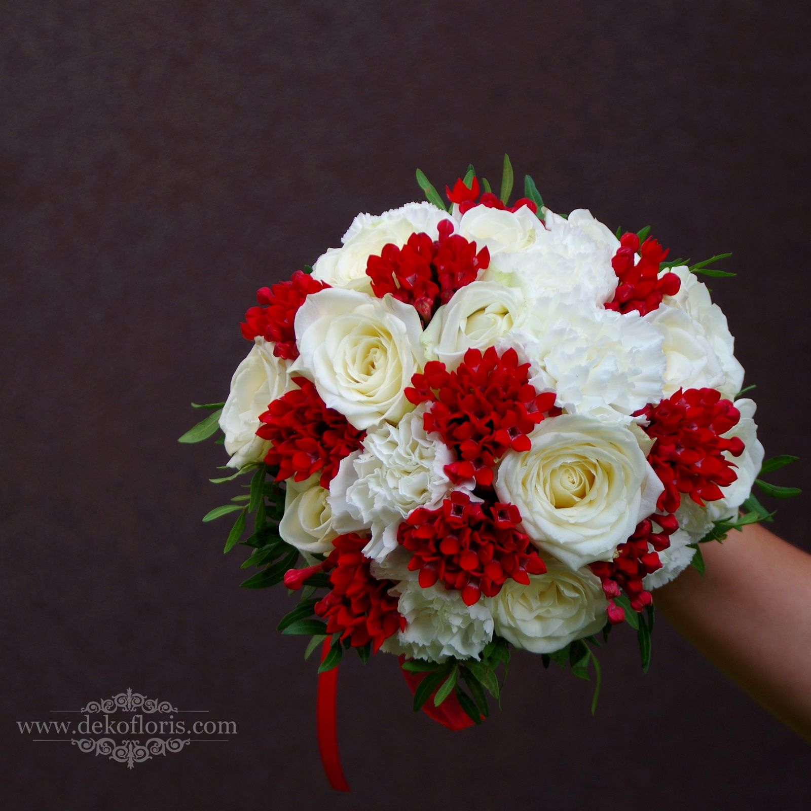 Bukiet ślubny w kolorze białym i czerwonym róże i goździki