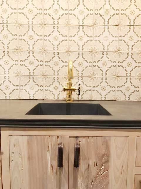 We Love The Rustic Look Of This Kitchen Choosing Marsala Collection As The Backsplash Was Definitely The Right M Reclaimed Wood Kitchen Marsala Rustic Kitchen