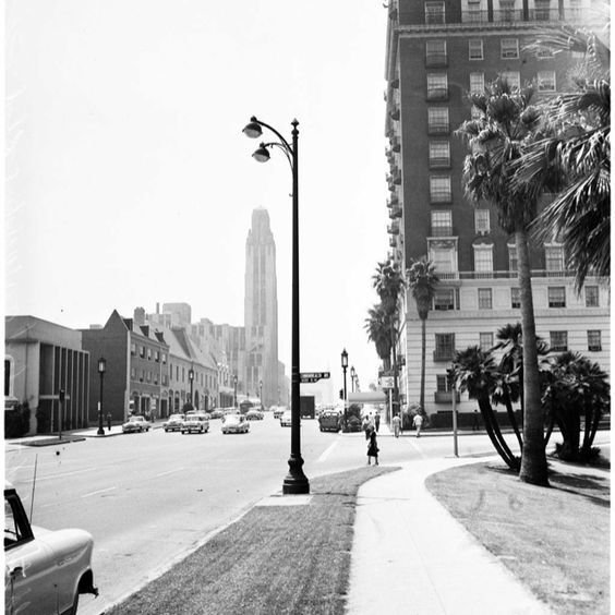 I Don T Have A Date On This Photo Of The Bullocks Wilshire Dept Store On Wilshire But In A Sort Of Way It S Ti Street Scenes Historical Landscape Los Angeles