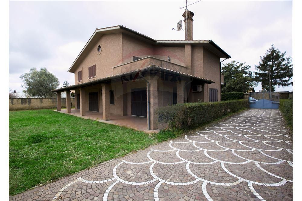 Villa unifamiliare superbamente rifinita sita su terreno for Stili di case esterni