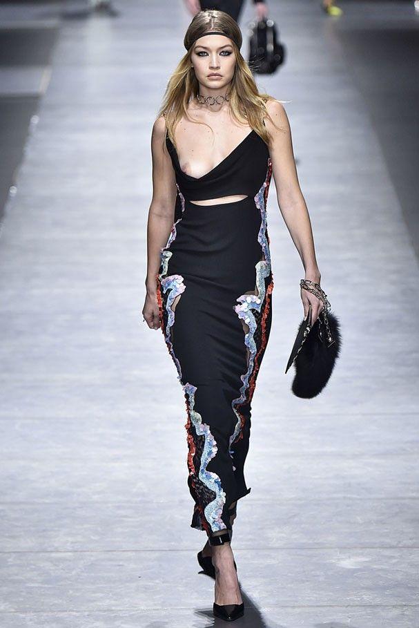 Sexy é pouco! Gigi Hadid mostra seio em desfile da Versace 72a4fbcdf5