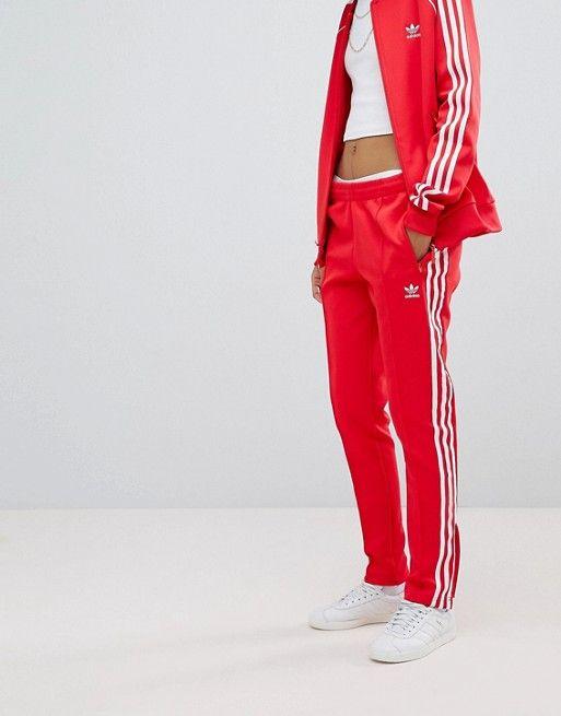 3a394906071 Pantalones de chándal rojos con tres rayas adicolor de adidas ...