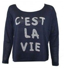 Shirt C'est la vie Blauw  Blauw shirt met zilverkleurig de tekst C'est la vie op de voorzijde, aan de achterkant valt het shirt iets langer.