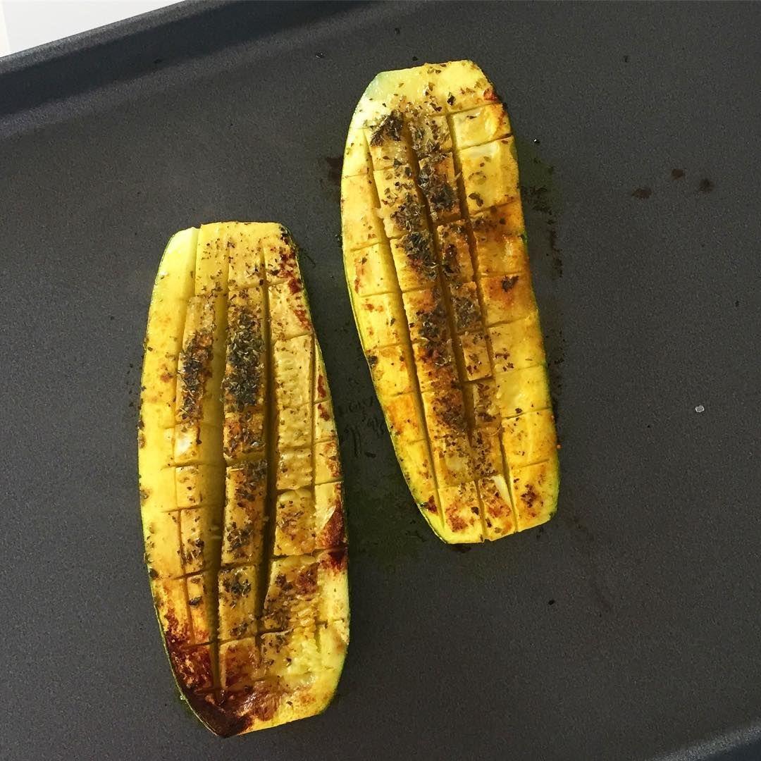 """👌🏼Zucchinis!! Me encanta comerlos de esta forma! Se hacen en menos de 15 minutos! Cortar el zucchini a la mitad (en forma longitudinal). Con un cuchillo hacer cortes tipo """"reja"""" sin llegar hasta la base. Espolporear con orégano, cúrcuma, sal rosada, comino, aceite de oliva y cualquier otro condimento que te guste. Cocinar de ambos lados en una placa! Hasta que se dore! Esto mismo lo hago con berenjenas!! Prueben, queda espectacular!  Que empiecen muy bien la semana!!  ➖  🇺🇸 Roasted…"""