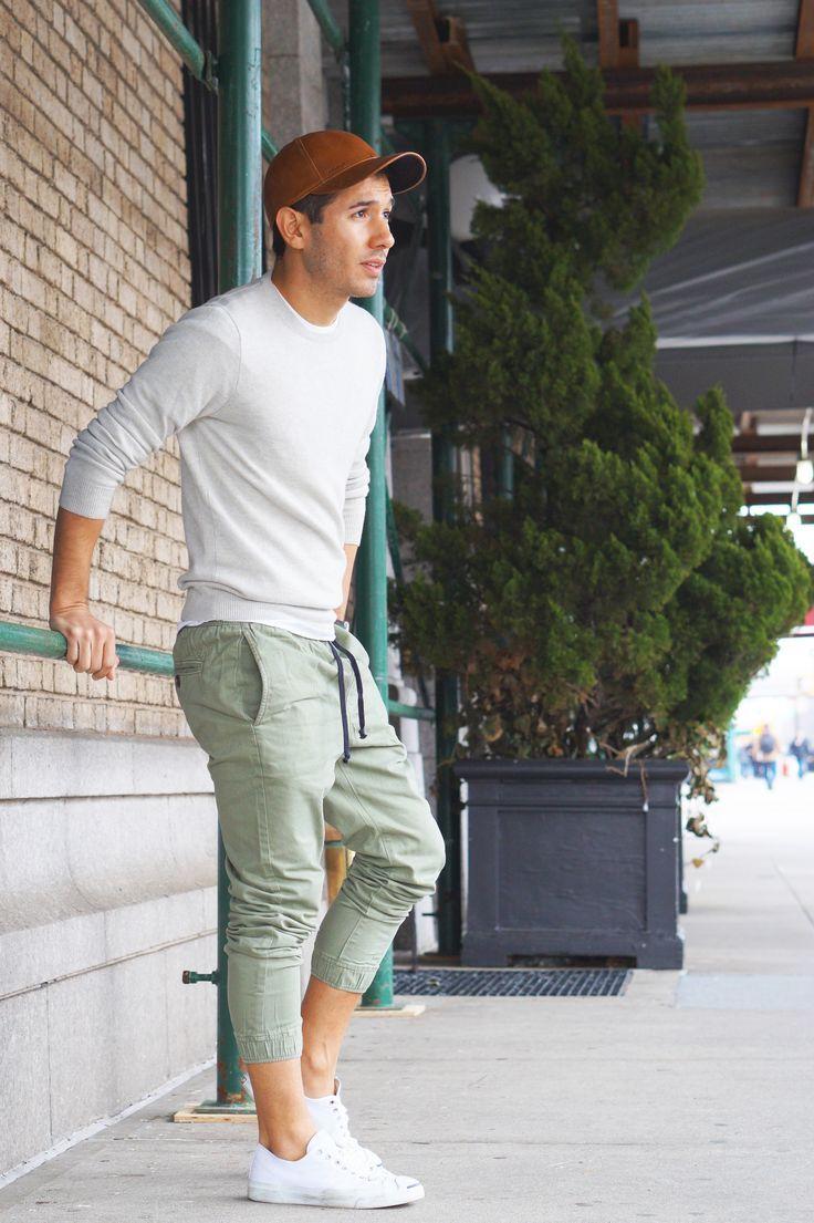 Pantalon y zapatillas blancas
