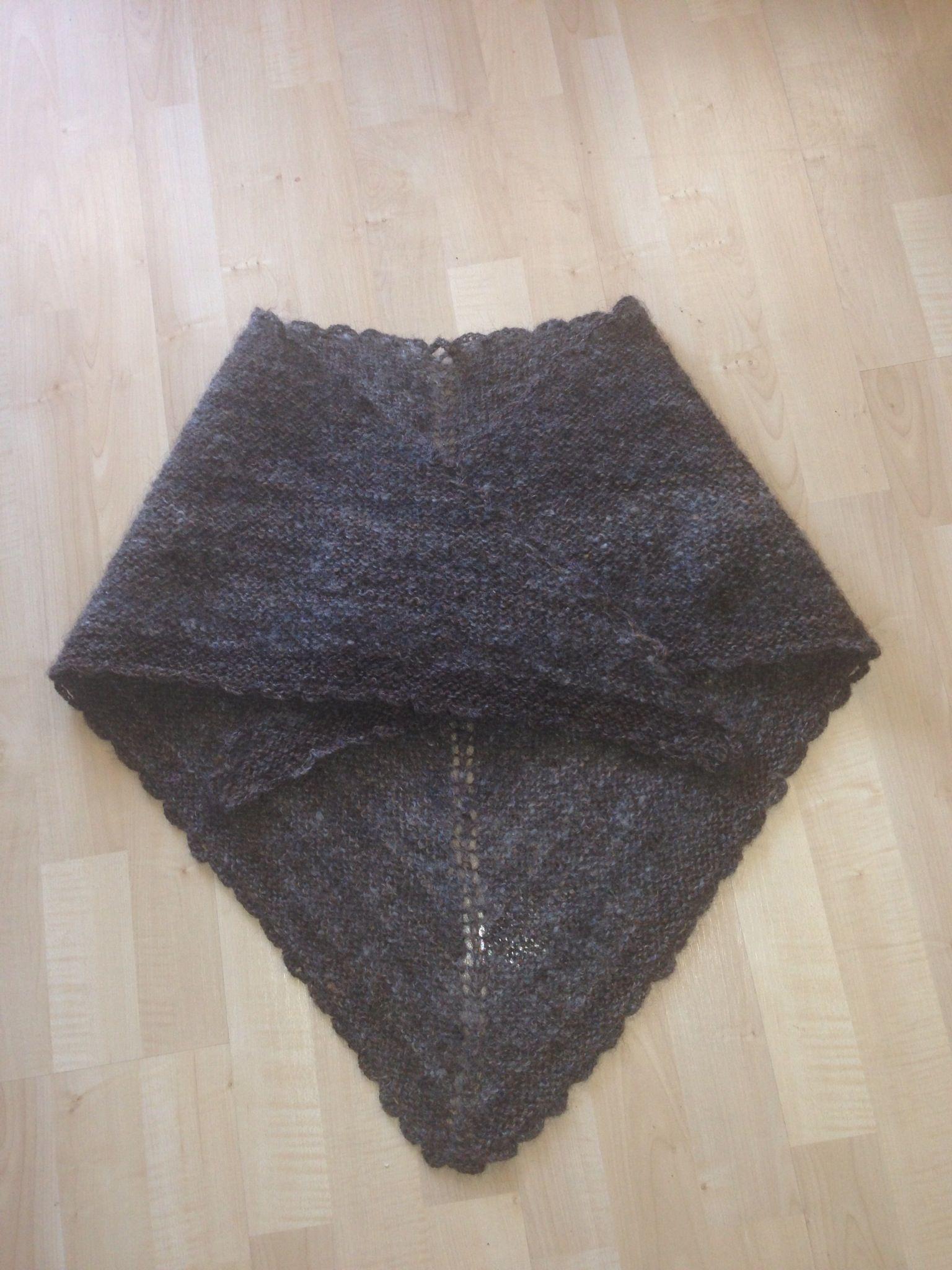 Sjal strikket av hjemmespunnet rent ullgarn kjøpt hos den danske spinnekone i julebyen.