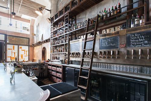 """«""""Magnolia Gastropub & Brewery"""" en asocio con """"Smokestack BBQ"""", presentan el """"""""Smokestack Lightning"""""""", ubicado en el barrio Dogpatch, San Francisco»: la barra."""