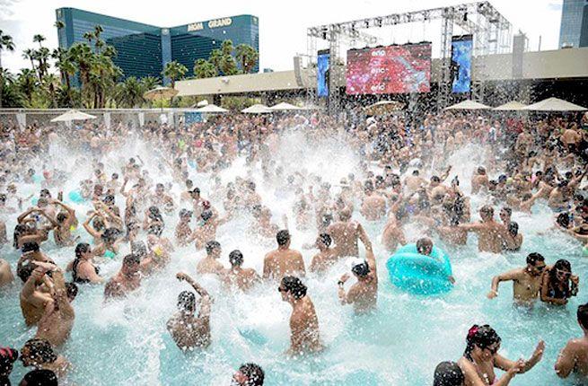 20 Best Hotel Pools In The World Vegas Pools Best Pools In Vegas Vegas Pool Party