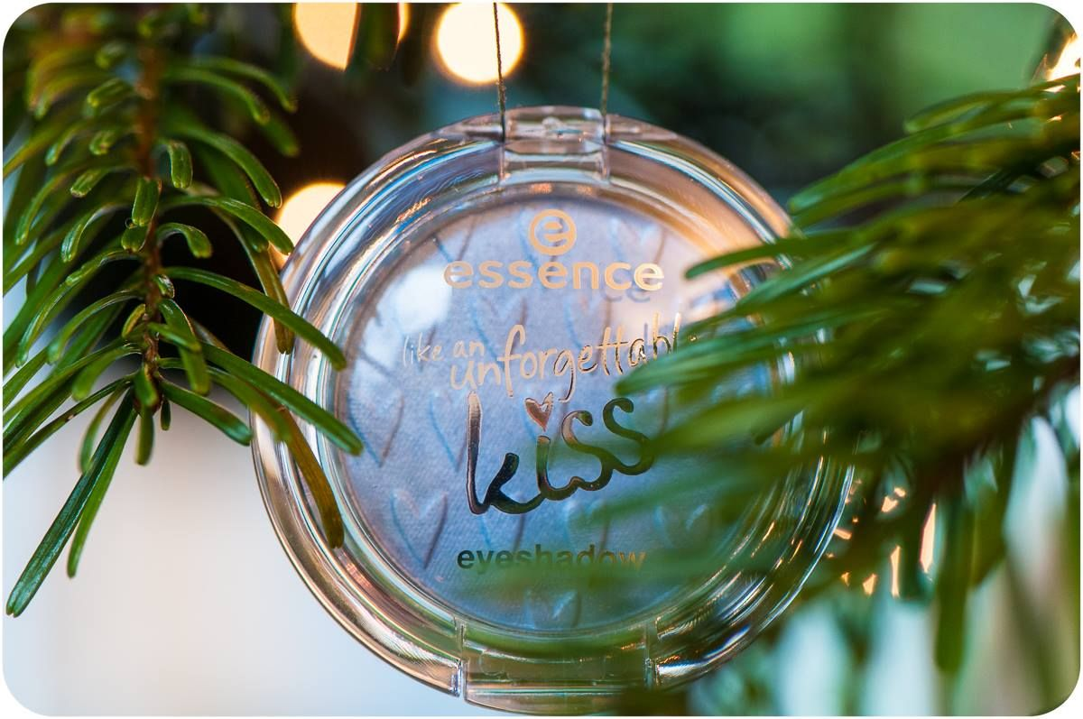 """what do your christmas tree decorations look like? a: classic b: extravagant and glamorous c: essence products, of course """"wink""""-Emoticon d: __________"""