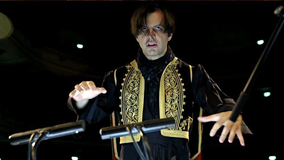 Le Grec Teodor Currentzis, 44 ans, est un chef d'orchestre très médiatisé, notamment parce qu'il dédaigne les codes d'un monde musical beaucoup trop réglementé à son goût. Sous ses airs de dandy se cache un artiste d'une rigueur extrême. De l'opéra de Perm, qu'il dirige, à une tournée en Allemagne, portrait d'un maestro toujours en quête de perfection.</p>