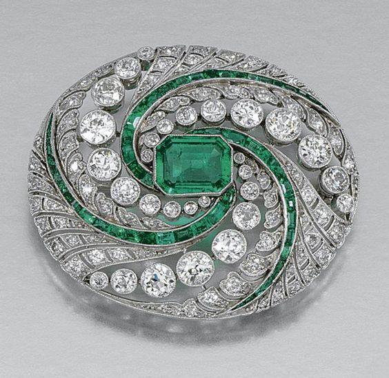 EMERALD AND DIAMOND BROOCH, CIRCA 1910