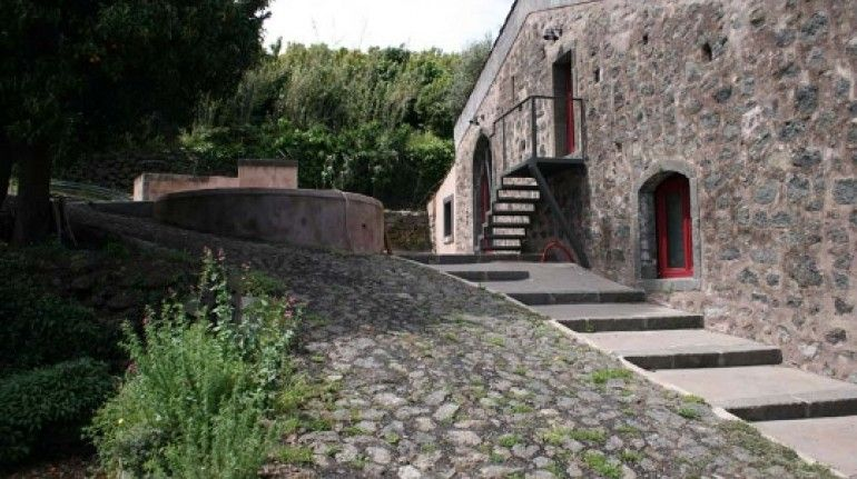 Eco casa sull'Etna - Catania, Sicily. A beautiful organic farm, in an old farmhouse surrounded by olive groves, vineyards, orchards and woods, between Catania and Messina.