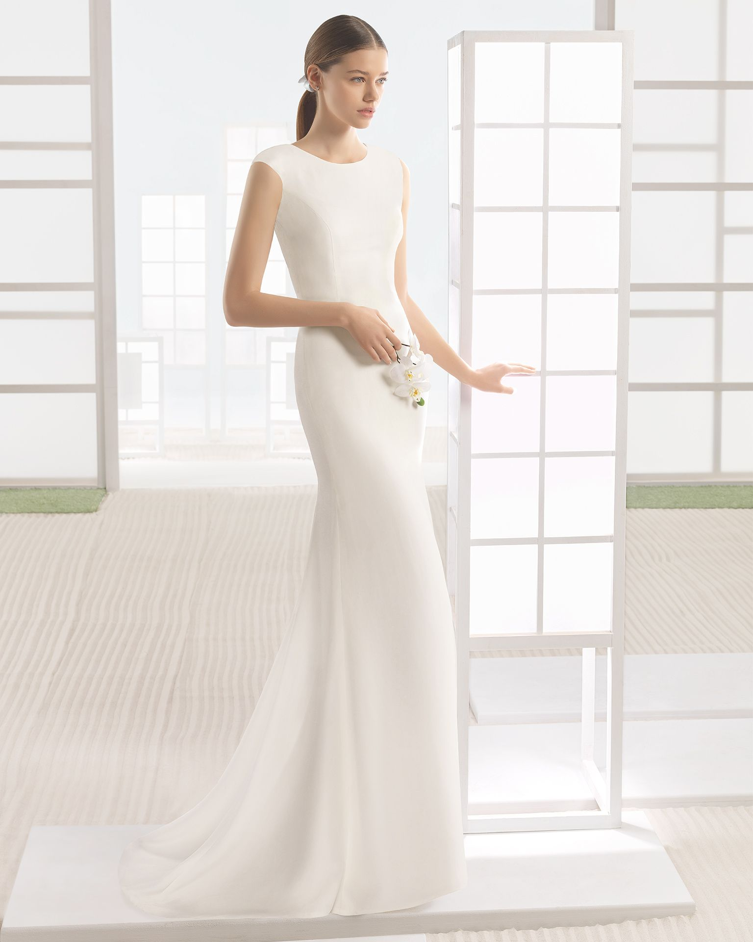 Crepe wedding gown with round neck. Rosa Clará Soft 2017 Collection.