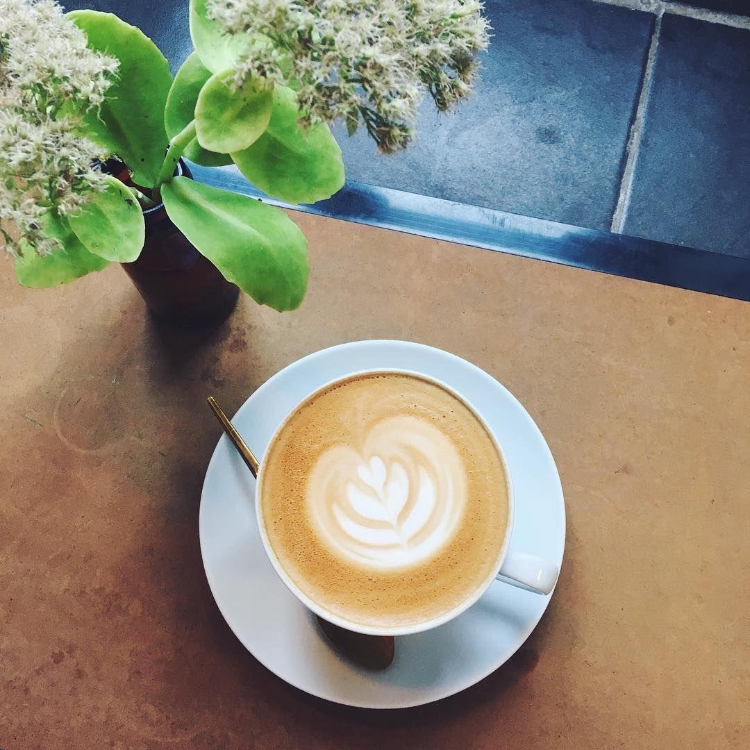 Dagen startede med denne lækre kop i selskab med en af de sejeste damer i byen @makaas ☕️ #goldenghettoxcoffee #kjærskaffebar