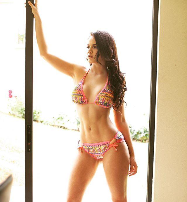 """Deja que la vida te toque la piel"" Viaja ligera, disfruta el verano con @lirosssolmexico @lirosssol ! Modelo @anays_leyva @anaysleyva Ph @vzphotography Diseño Rombos - Fucsia #sensualidad #beach #pooltime #pool #poolparty #vacaciones #verano #verano2016 #bikini #bikinimodel #bikinilovers #bikinilife #playadelcarmen #cancun #mexico #cdmx #queretaro #toluca"