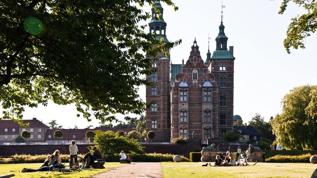 Take a walk in The King's Gardens (Kongens Have) and visit the home of the Danish Crown Jewels at Rosenborg Castle! #copenhagen #denmark #travel #summer