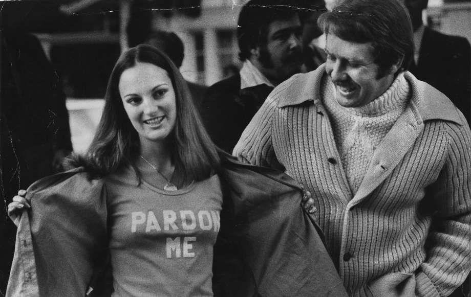 """Patricia Hearst posa junto a su esposo mostrando la frase """"perdónenme"""" en su camisa"""
