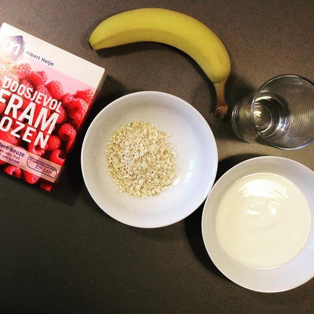Lekkerste ontbijtsmoothie. Banaan, bevroren frambozen, 1,5 eetlepel havermout, beetje yoghurt en een beetje water naar gewenste dikte. #smoothie #banaan #ontbijt