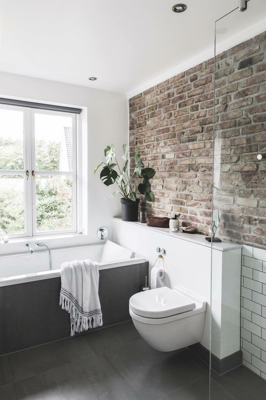 Wat een prachtige badkamer! De combinatie van het steen met zwarte en witte elementen maakt het erg sfeervol. #rusticbathroomdesigns