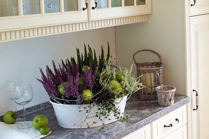 ein stilleben f r die k che aus heidepflanzen die mit ziergurken und zier pfeln dekoriert. Black Bedroom Furniture Sets. Home Design Ideas