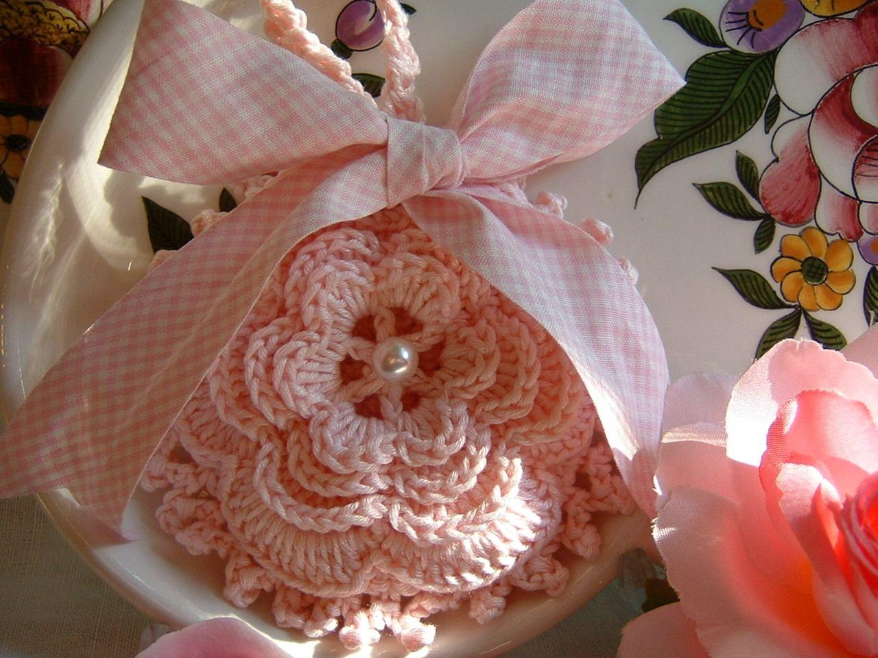 Sacchetto bomboniera all 39 uncinetto con una romantica rosa for Pizzi all uncinetto per asciugamani