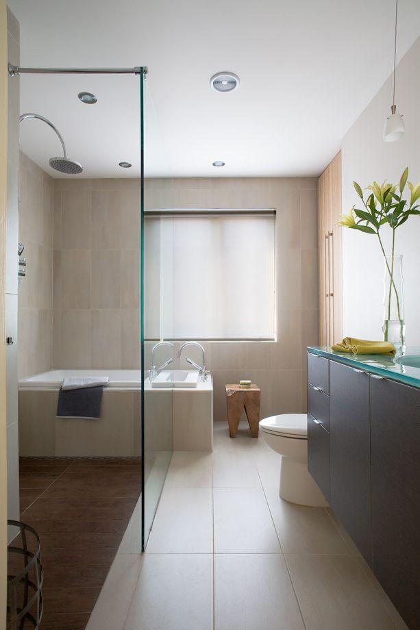 Porcelaine et verre dans une salle de bains fonctionnelle