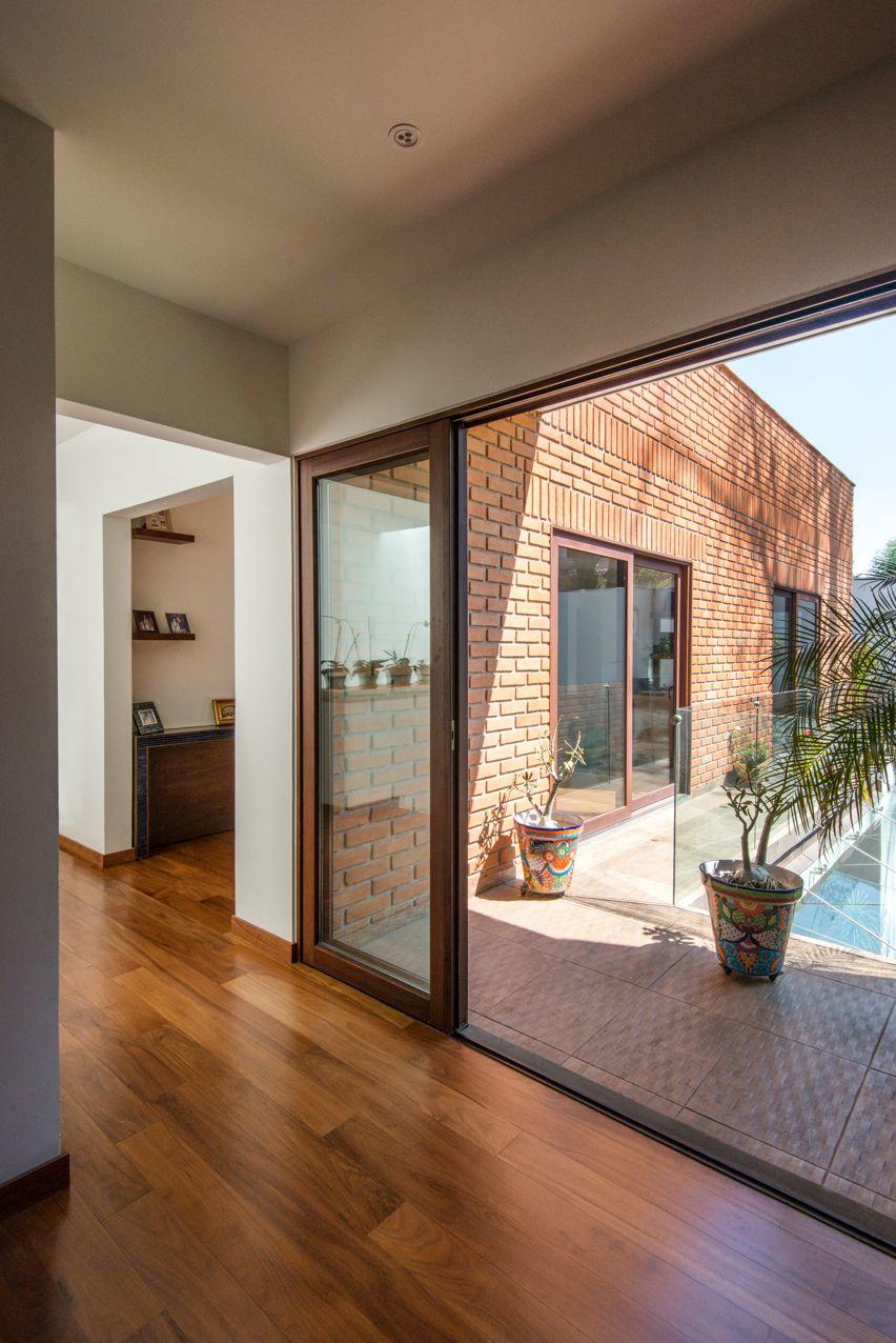 Puerta de acceso a terraza en madera al interior y for Puertas imitacion madera exterior