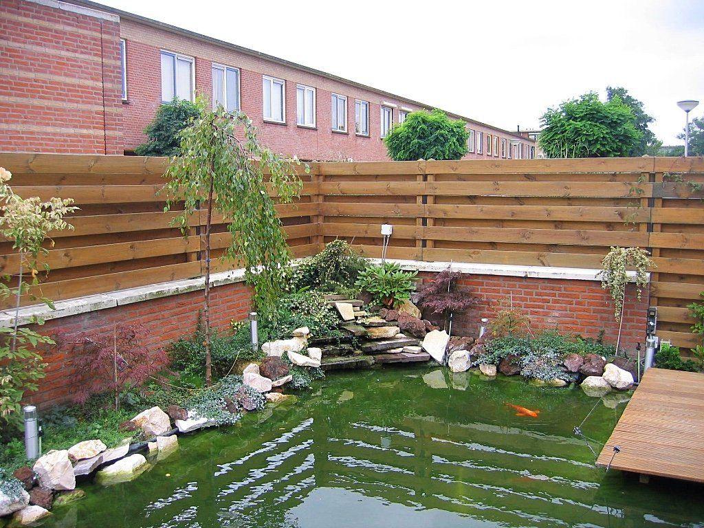 Strakke vijver met vlonder deze mooie tuin is rondom het for Huis in de tuin
