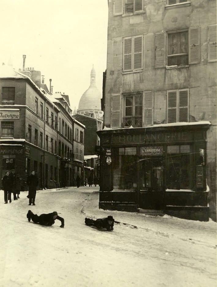 Hiver 1903, deux parisiens font de la luge à Montmartre