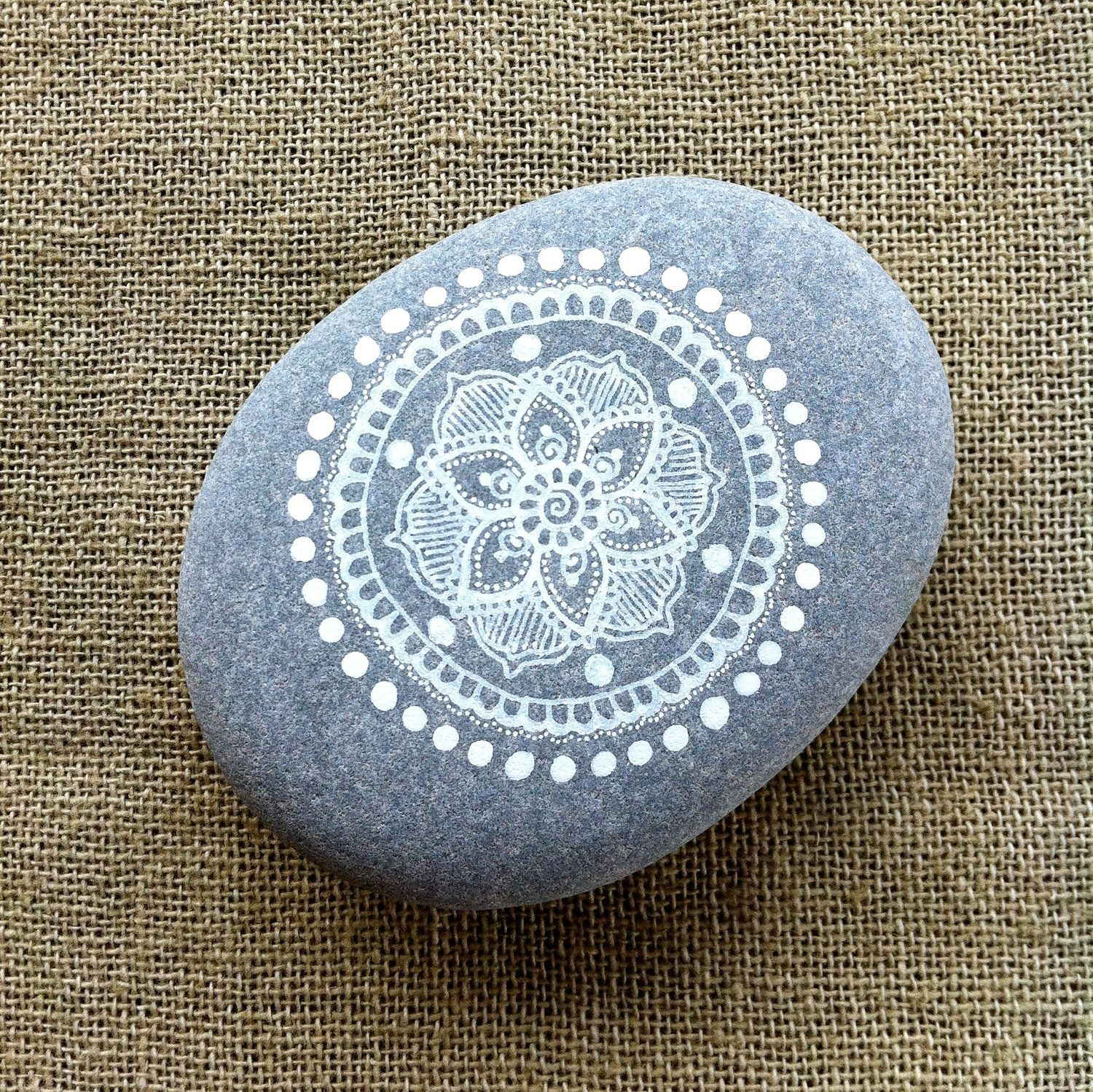 mandala painted pebble by magamerlina on etsy diy pinterest steine steine bemalen und. Black Bedroom Furniture Sets. Home Design Ideas