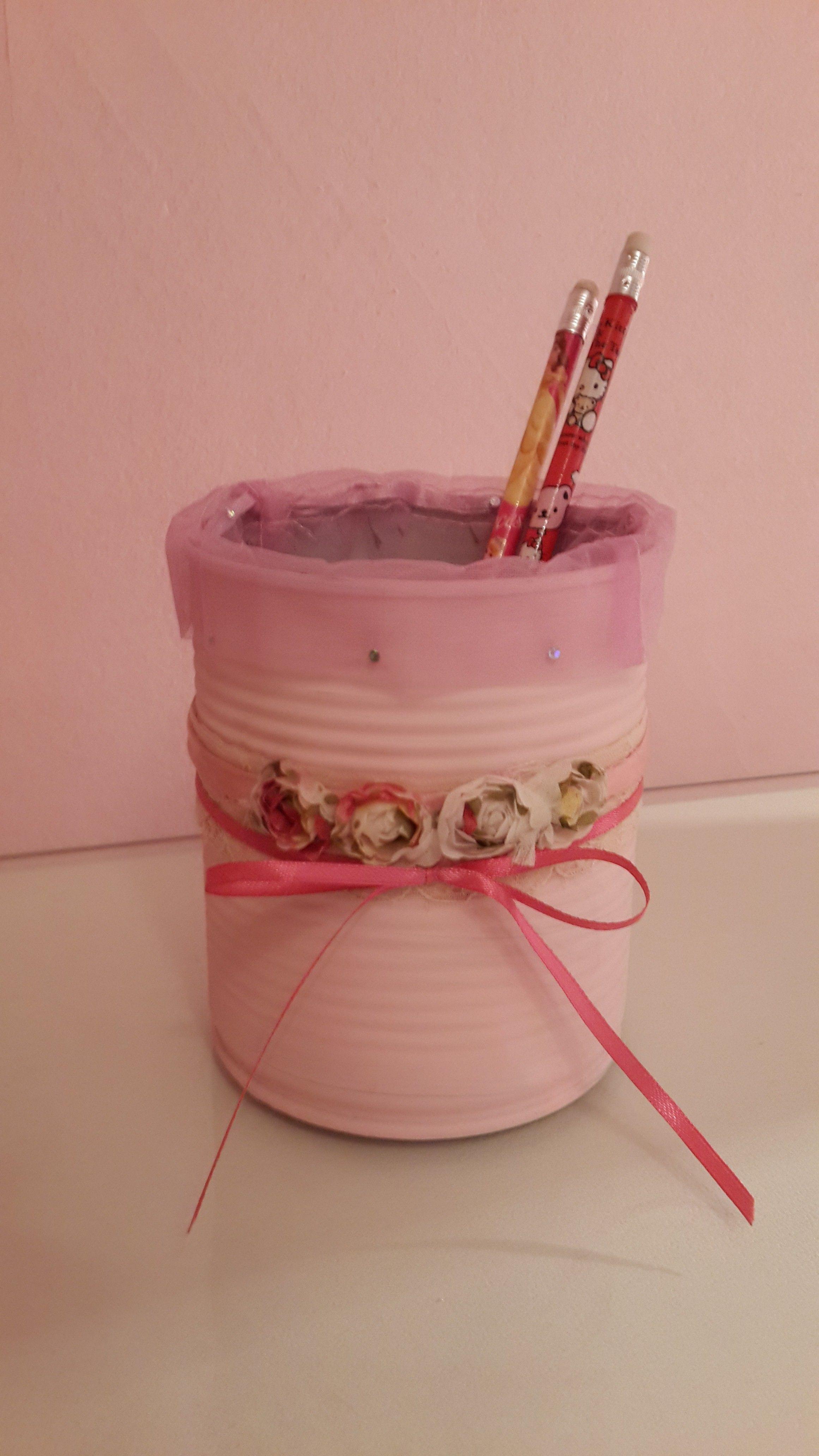 Con una lata de conservas,  un poco de pintura rosa y algunas florcitas rococo se realizo un hermoso porta lapices