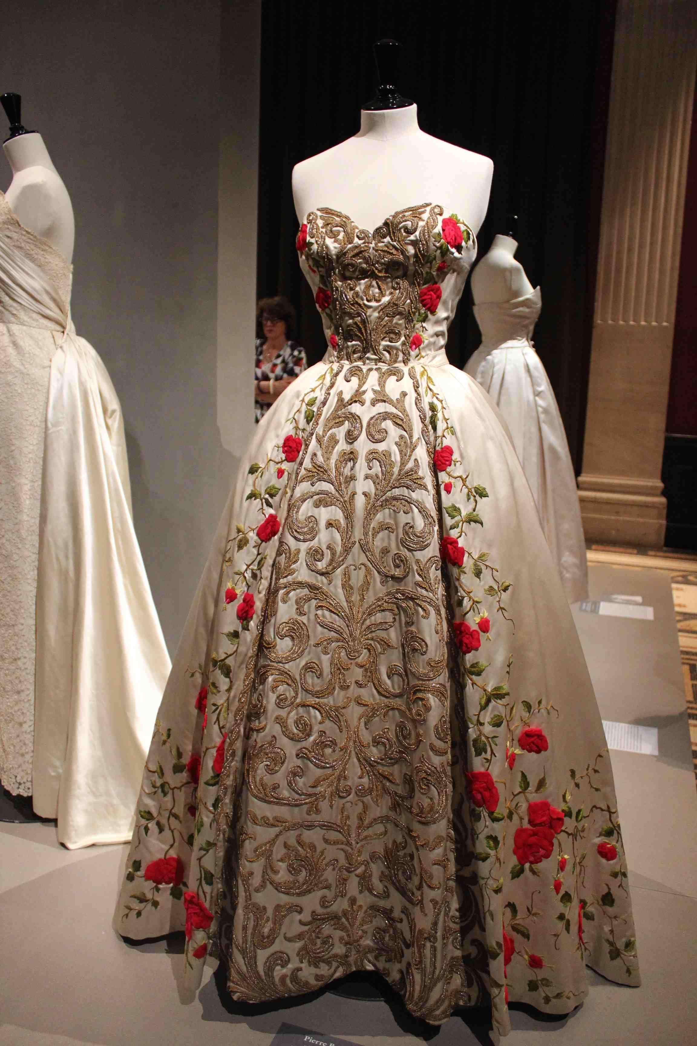 La mode des ann es 50 s 39 expose au palais galliera paris - Robe des annees 50 ...