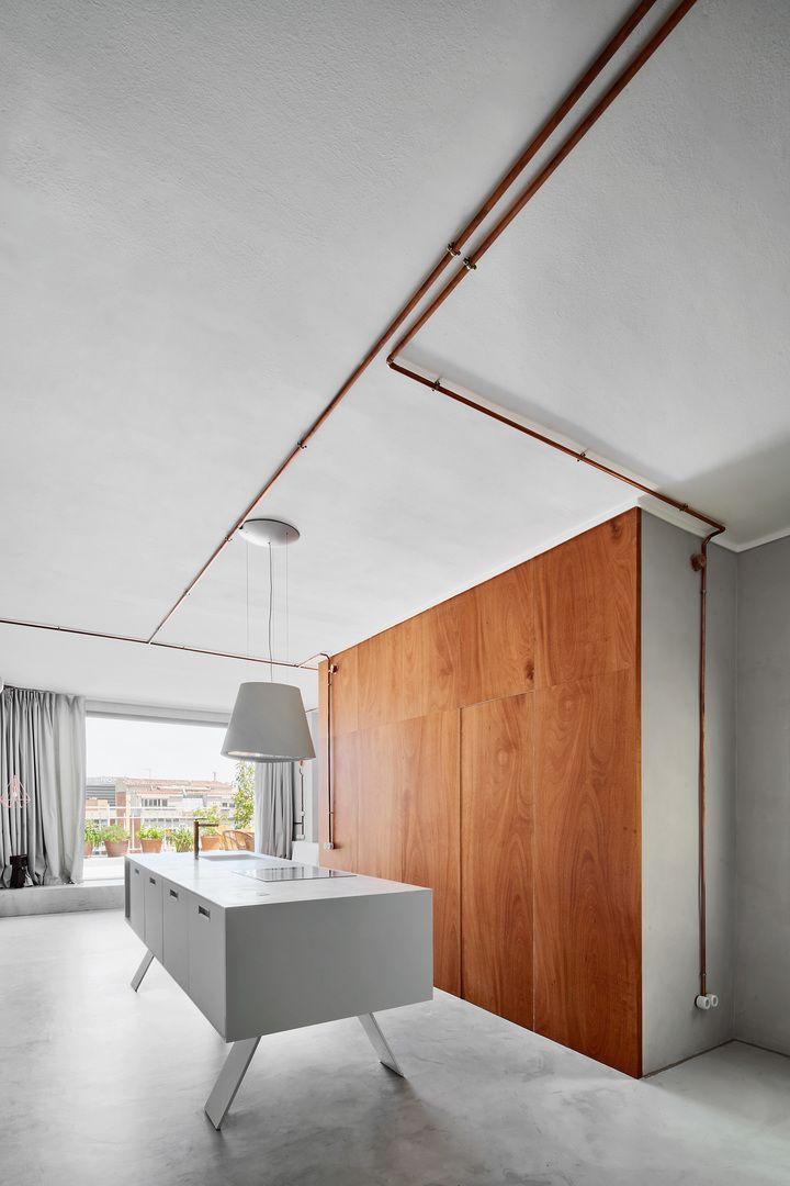 Tuyauterie Cuivre : La Star Déco Du0027un Micro Appartement à Barcelone |  Design Intérieur Maison | Idées Contemporaines | Legno, Cemento, Cucine