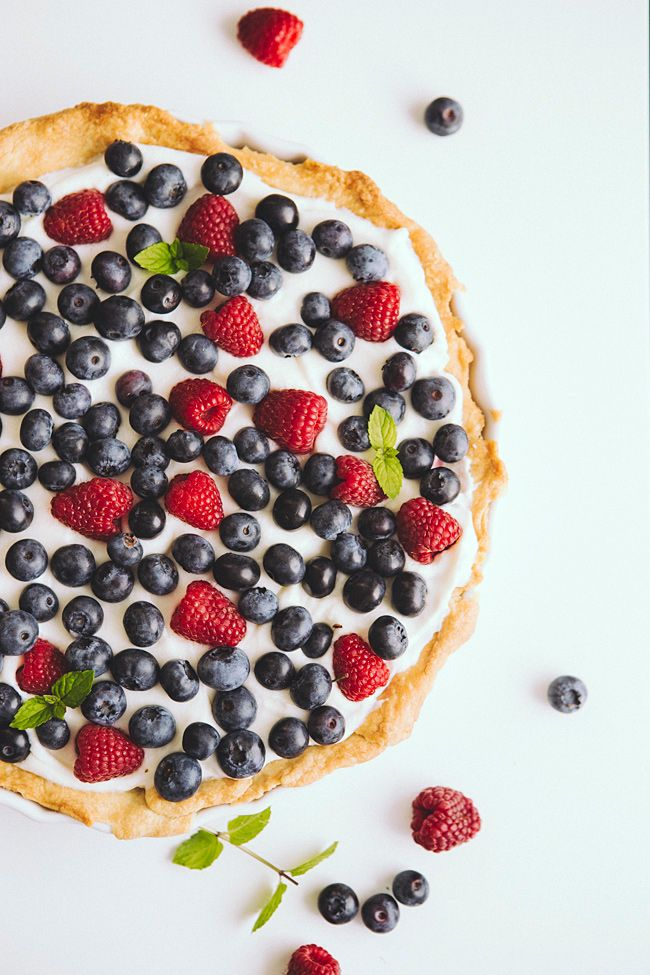 Tart with white chocolate and fruit.