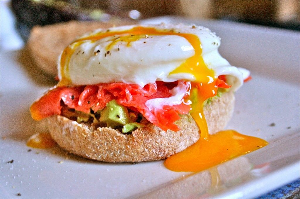 English muffin with avocado, smoked salmon & poached egg